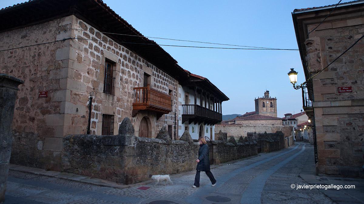 Calle Luenga e iglesia de Nuestra Señora del Pino. Vinuesa. Soria. Castilla y León. España. © Javier Prieto Gallego