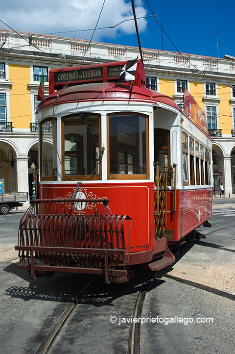 Uno de los tranvías que realizan el circuito turístico por las calles de Lisboa. Portugal. © Javier Prieto Gallego;
