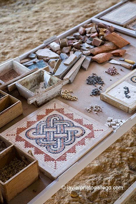 Mesa de herramientas que muestra el proceso de elaboración de los mosaicos. Villa romana de La Olmeda. Palencia. Castilla y León. España. © Javier Prieto Gallego