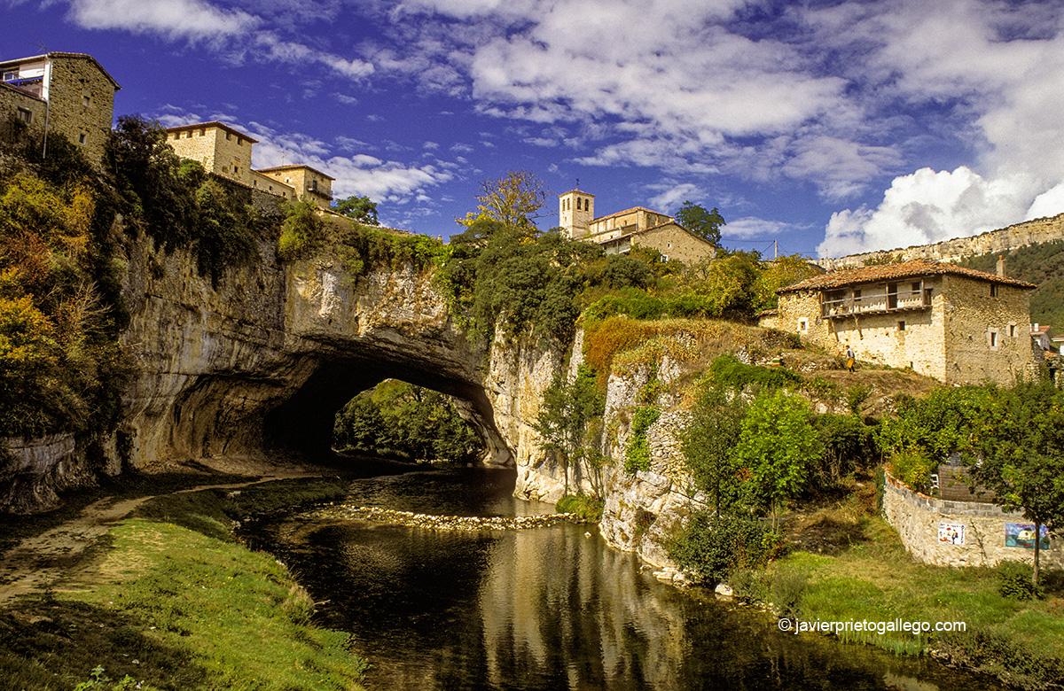 Localidad de Puentedey sobre el río Nela. Burgos. Castilla y León. España. © Javier Prieto Gallego