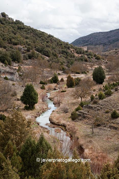 El río Mataviejas en el desfiladero que une Ura y Castroceniza con la iglesia de este último al fondo. Burgos. Castilla y León. España © Javier Prieto Gallego