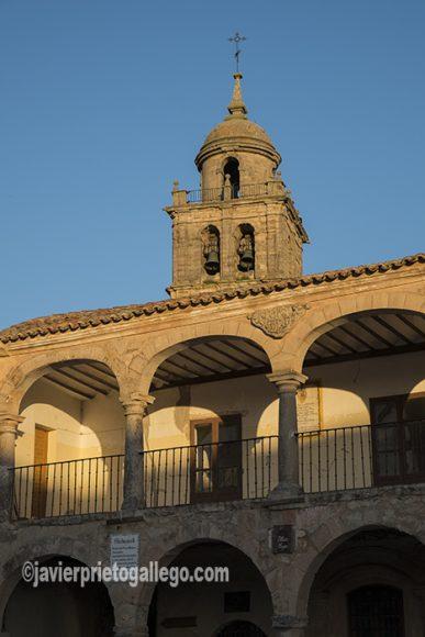 Edificio de la Alhóndiga con la torre de la colegiata de Santa María emergiendo por detrás. Plaza Mayor de Medinaceli. Soria. Castilla y León. España. © Javier Prieto Gallego