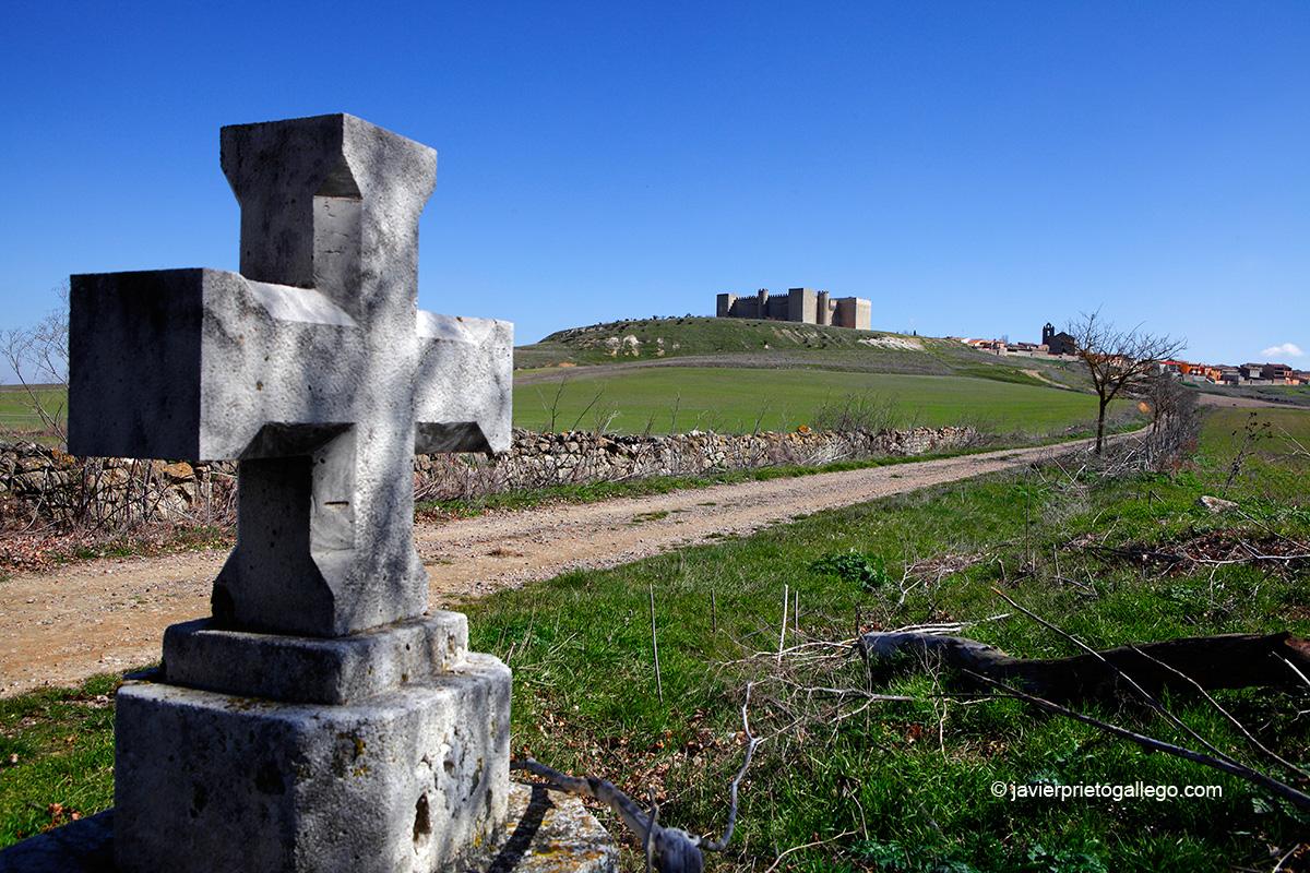 El castillo de Montealegre desde el camino de la ermita de la Virgen de las Serosas. Valladolid.Castilla y León. España. © Javier Prieto Gallego