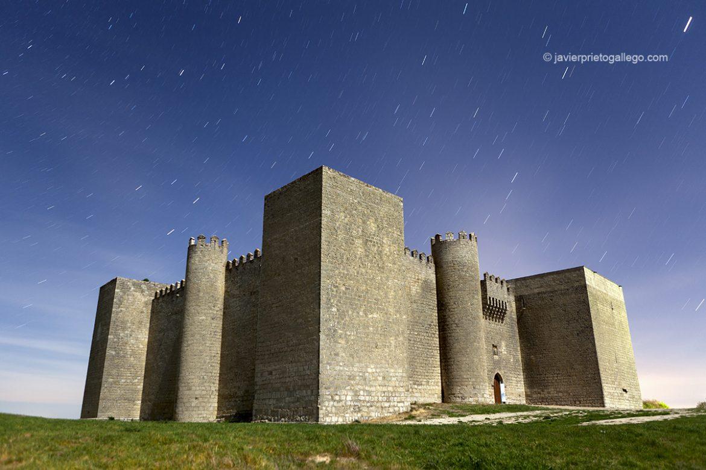 El castillo de Montealegre de Campos fotografiado a la luz de la Luna. Montes Torozos. Valladolid. Castilla y León. España © Javier Prieto Gallego