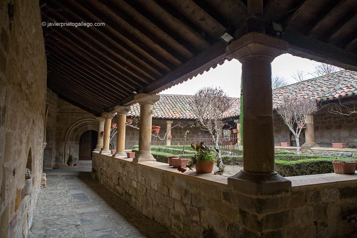 Claustro. Colegiata de San Martín de Elines. Siglo X. Románico. Río Ebro. Cantabria. España.© Javier Prieto Gallego