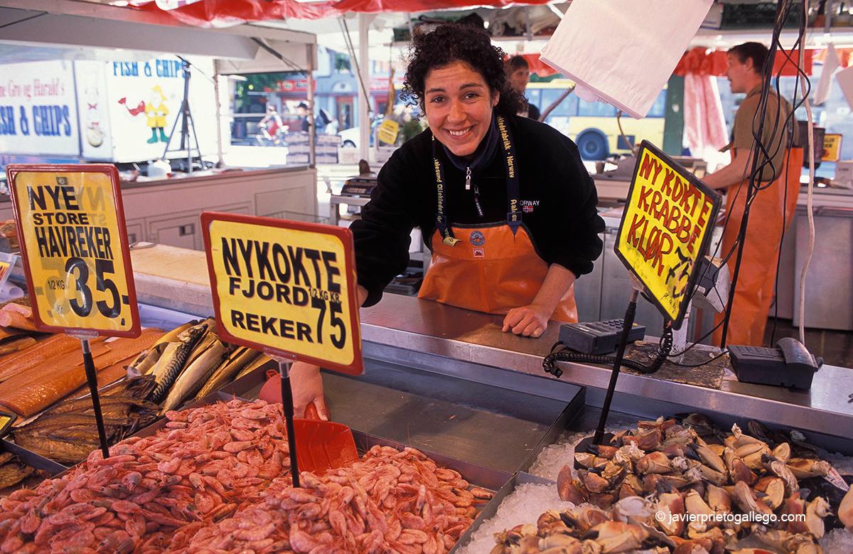 Mercado de pescado junto al puerto de Bergen. Punto de partida de Cristina de Noruega. Bergen. Noruega © Javier Prieto Gallego