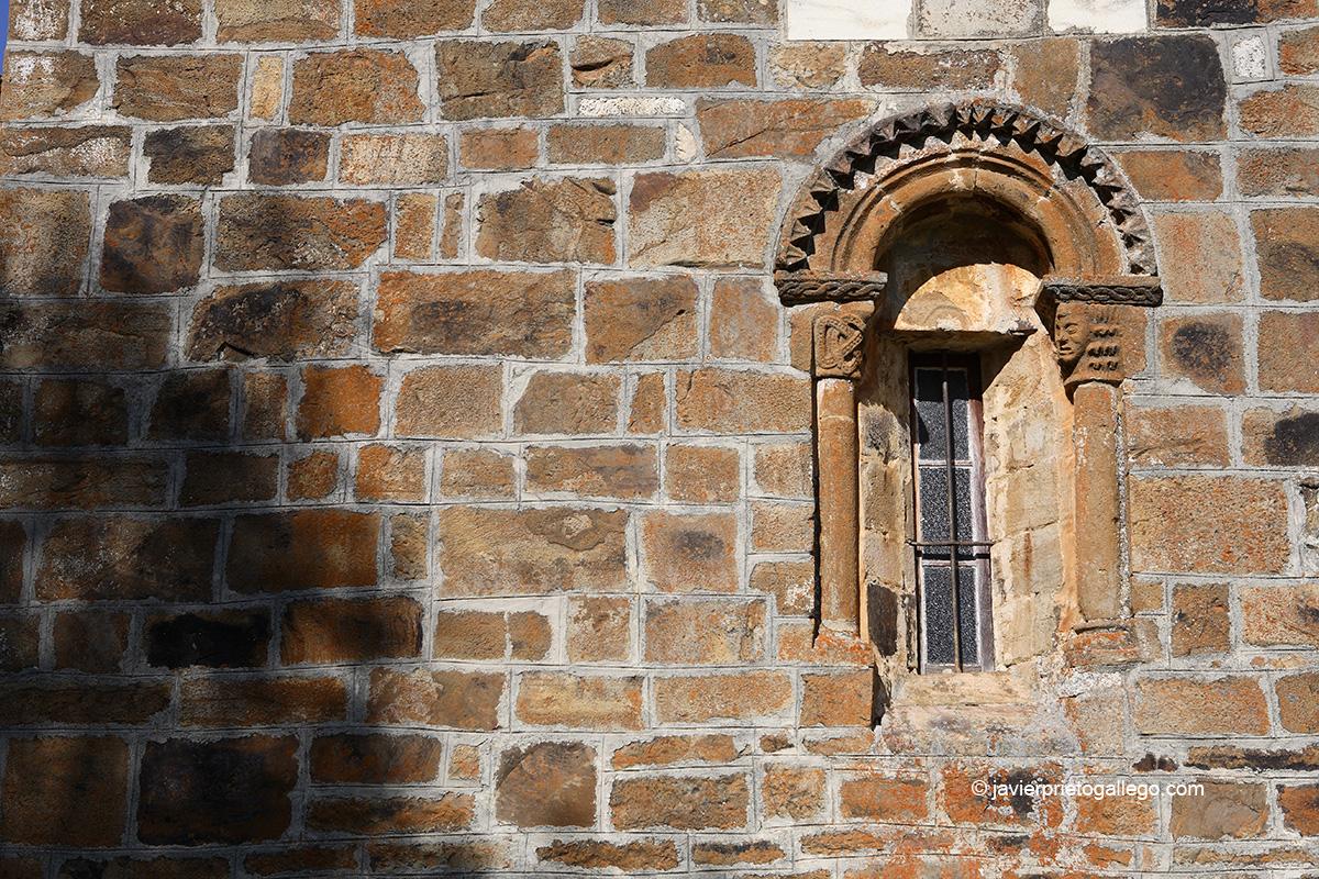 Ventana en el ábside de la Iglesia románica de El Salvador. San Salvador de Cantamuda. Palencia. Castilla y León. España. © Javier Prieto Gallego