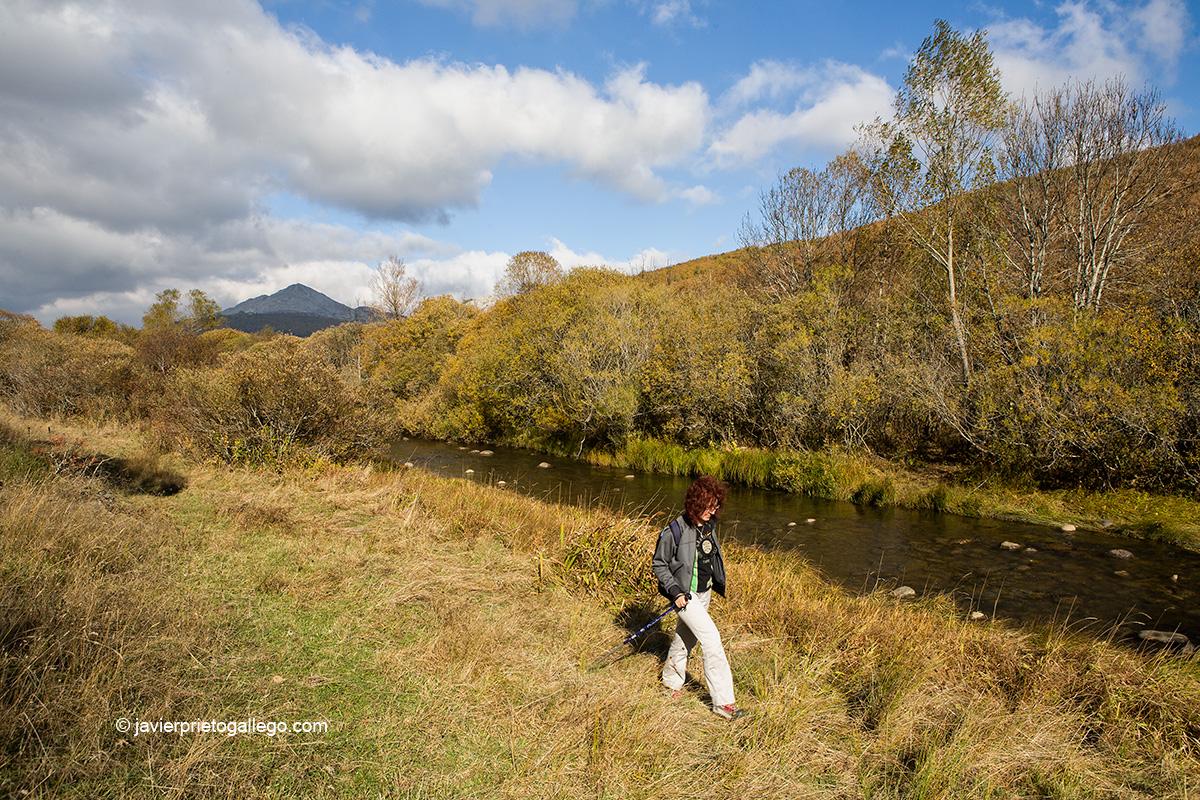 Paseo junto al río Pisuerga. Localidad de San Salvador de Cantamuda. Palencia. Castilla y León. España. © Javier Prieto Gallego