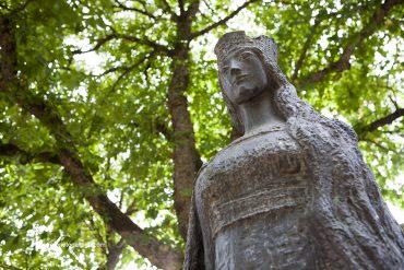 Estatua que recuerda el enterramiento de la Princesa Cristina de Noruega en la excolegiata de Covarrubias. Burgos. Castilla y León. España. © Javier Prieto Gallego;