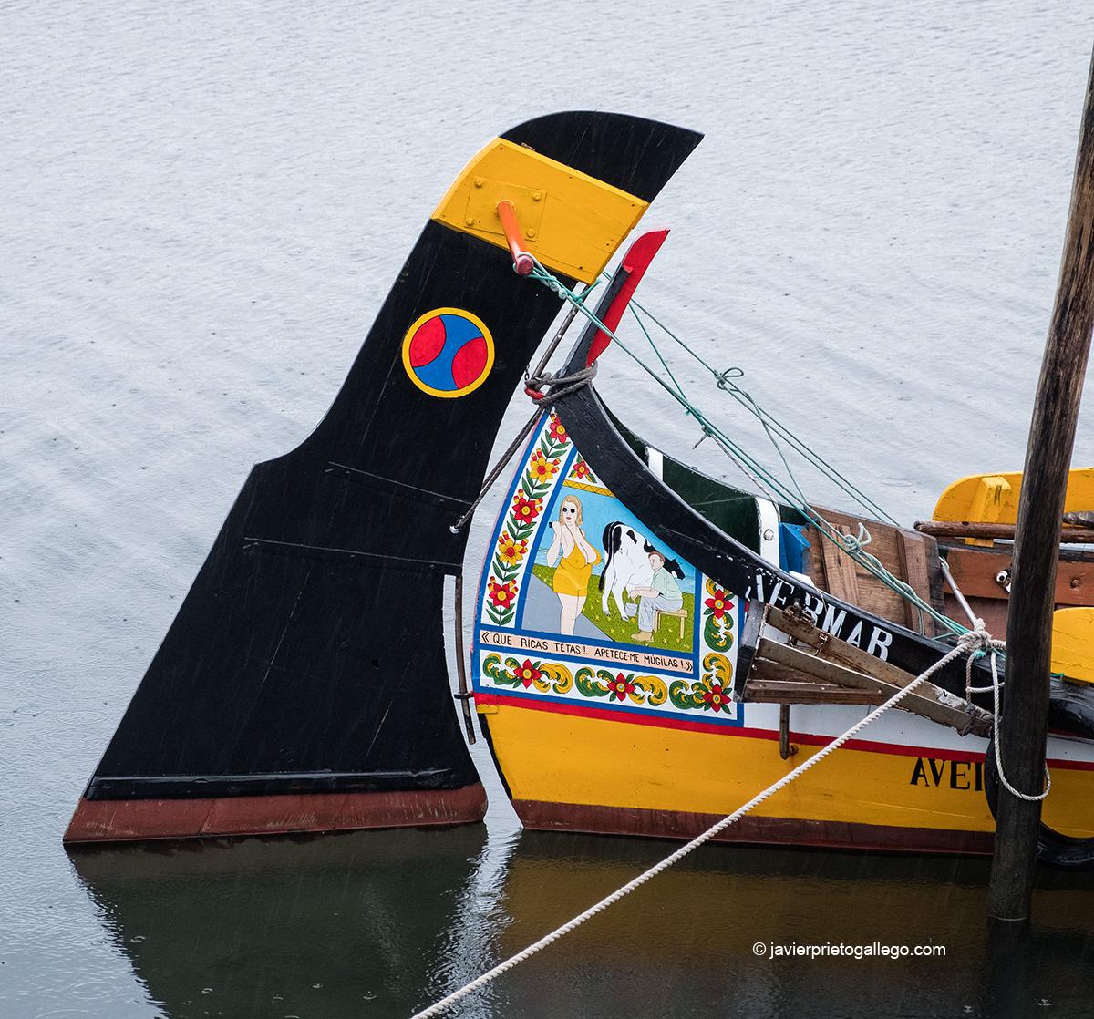 Embarcaciones tradicionales moliceiras en el puerto de Cais do Bico. Es típico que decoren sus popas y proas con escenas de la vida cotidiana, sarcásticas o eróticas de llamativos colores. Murtosa, Portugal © Javier Prieto Gallego