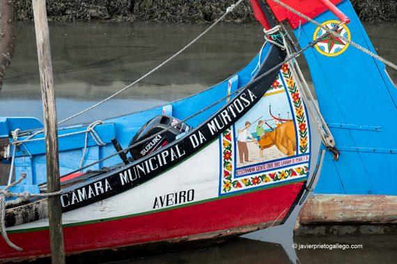 Embarcaciones tradicionales moliceiras en el puerto de Cais do Bico. Es típico que decoren sus popas Murtosa, Portugal © Javier Prieto Gallego