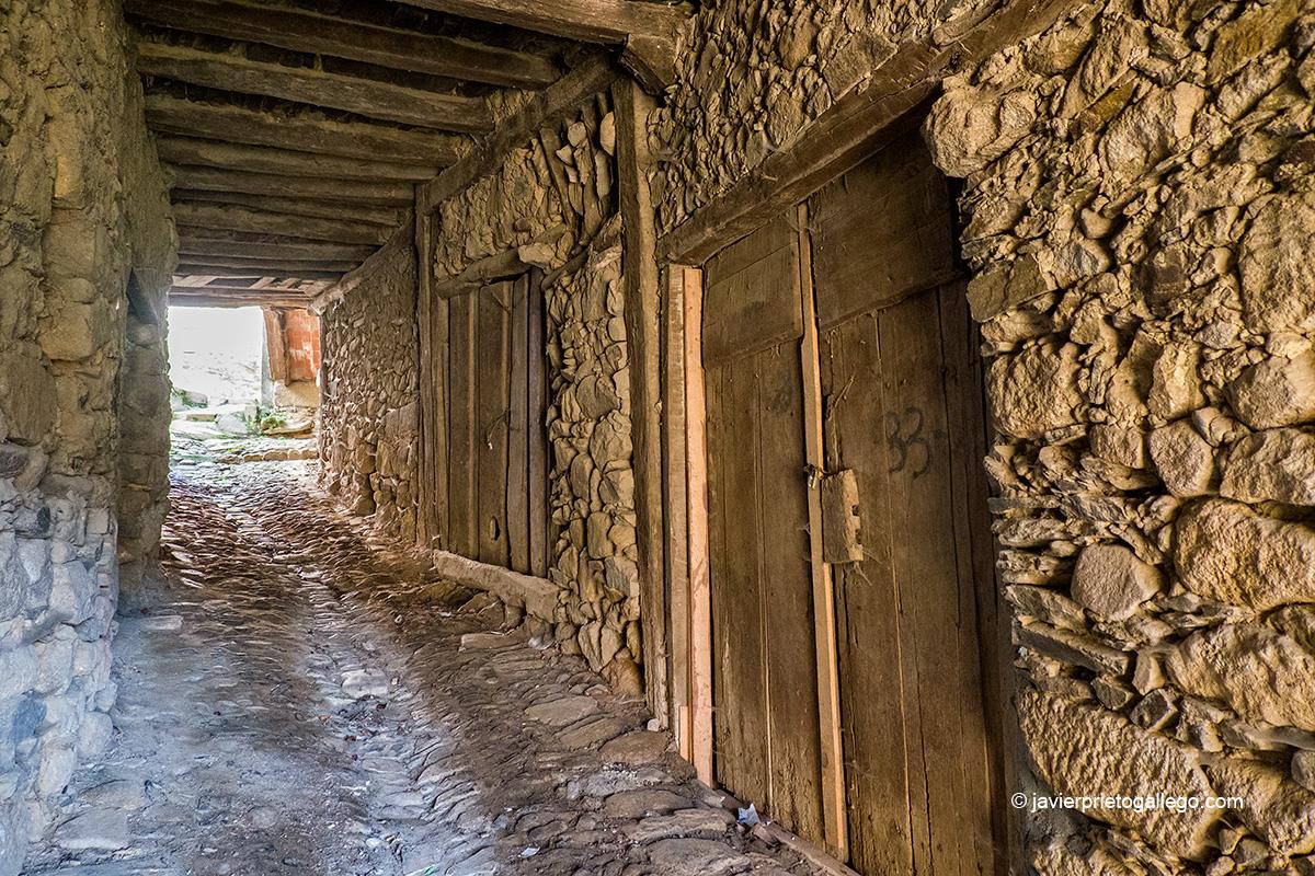 Pasadizos en el interior del casco urbano de Villanueva del Conde. Sierra de Francia. Salamanca. Castilla y León. España © Javier Prieto Gallego