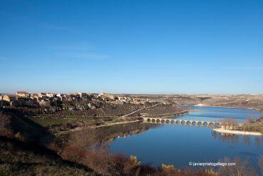 Maderuelo se alza sobre una loma rocosa junto al embalse de Linares del Arroyo. Segovia.Castilla y León. España. © Javier Prieto Gallego;