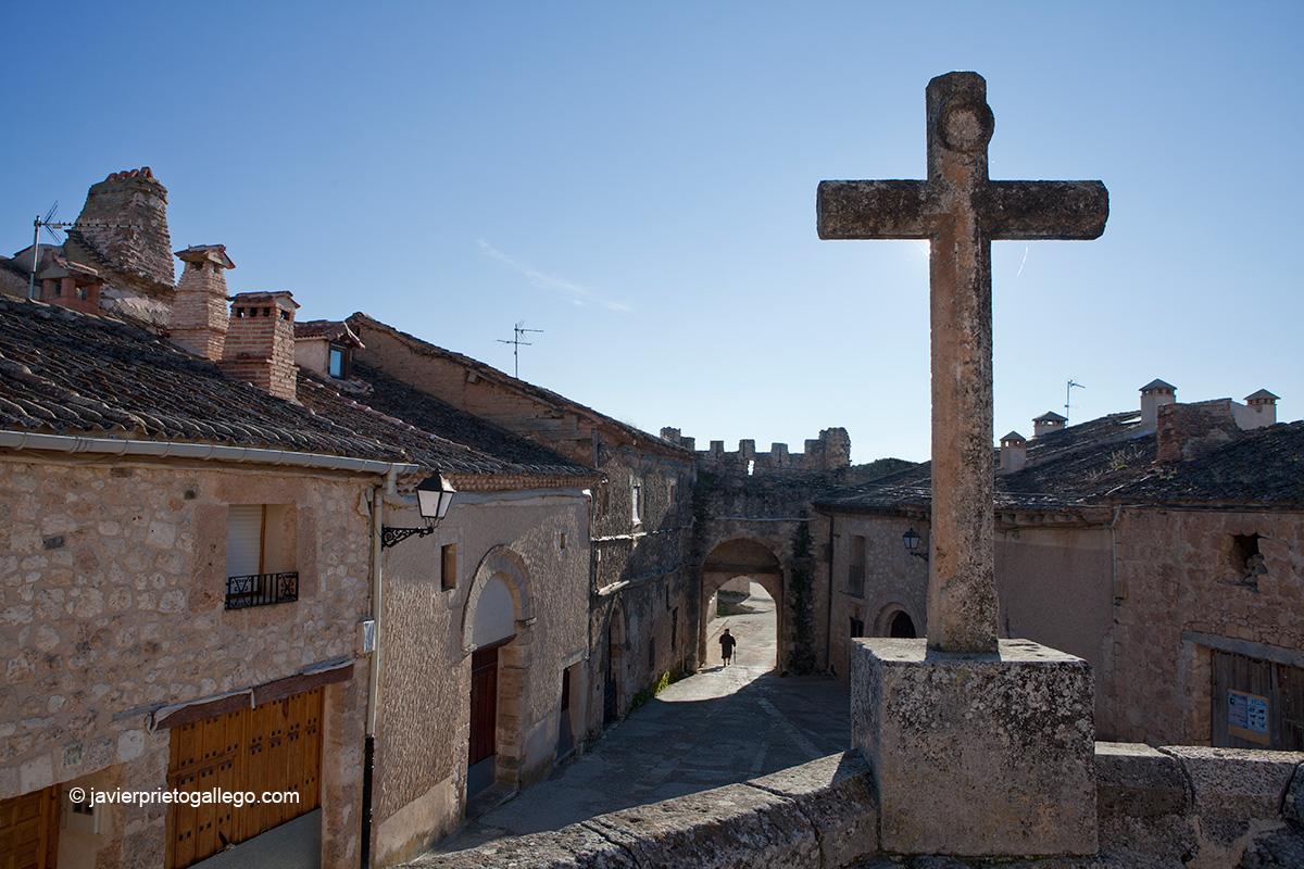 La puerta del Arco se abre a la plaza de San Miguel, presidida por la ermita románica del mismo nombre. Maderuelo. Segovia.Castilla y León. España. Javier Prieto Gallego;
