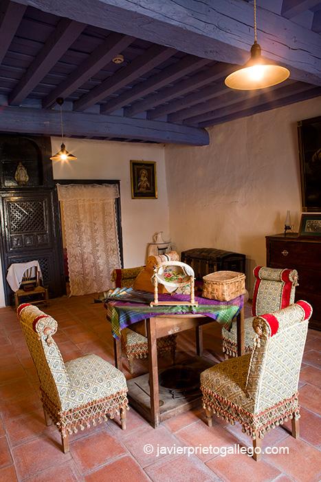 Salón de estar de la Casa Chacinera de la Localidad de Candelario. Museo etnográfico. Sierra de Béjar. Salamanca. Castilla y León. España.© Javier Prieto Gallego