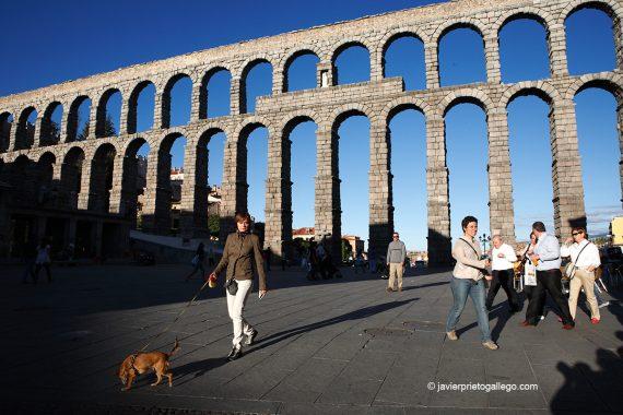 El acueducto de Segovia desde la plaza del Azoguejo. Castilla y León. España. © Javier Prieto Gallego