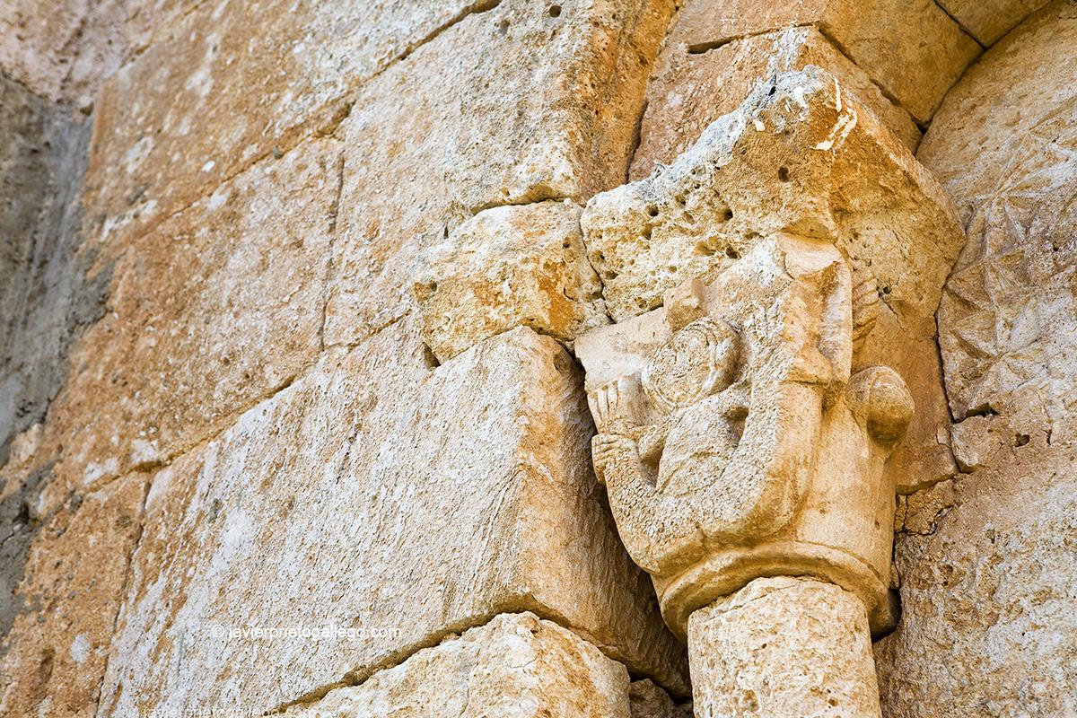 Sirena de doble cola. Capitel de la ermita de San Salvador. Río Esgueva. Santibáñez de Esgueva. Burgos. Castilla y León. España © Javier Prieto Gallego