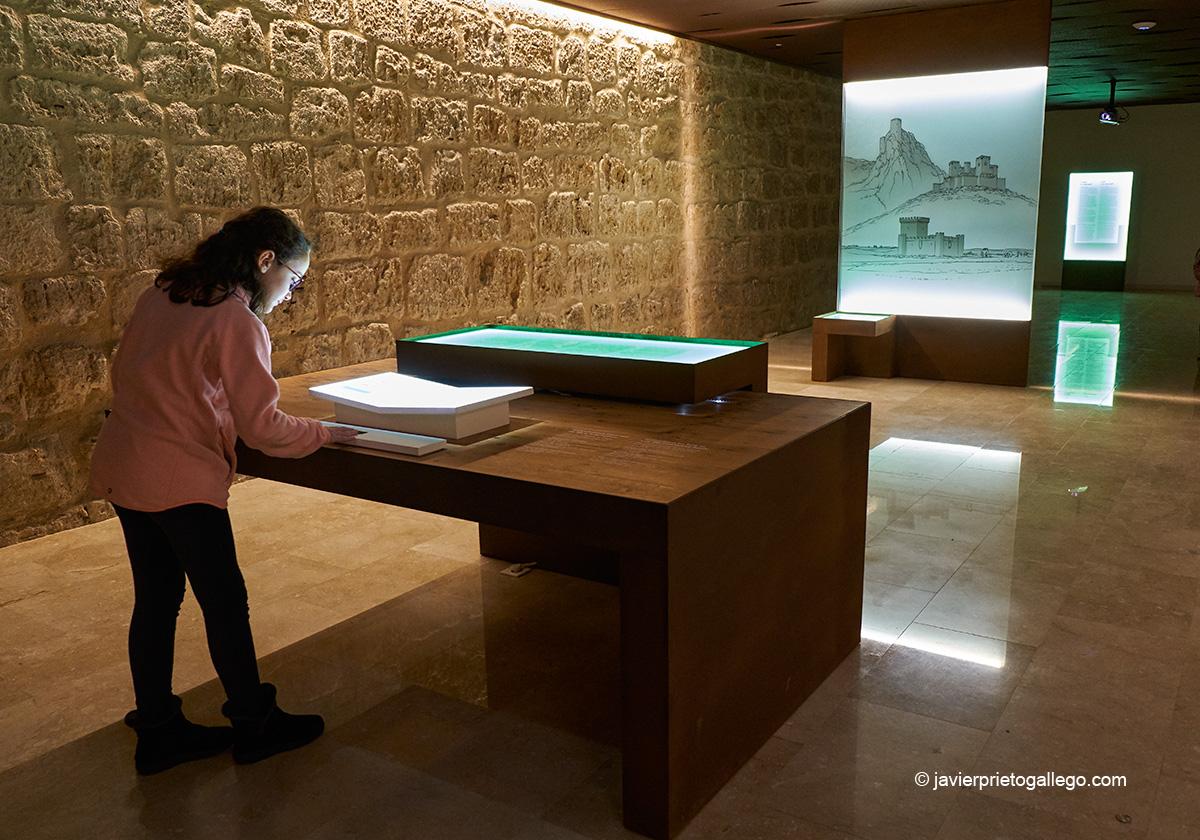 Instalación expuesta en el interior del castillo de Fuensaldaña, convertido en Centro de Interpretación de los Castillos de Valladolid. Valladolid. Castilla y León. España. Javier Prieto Gallego